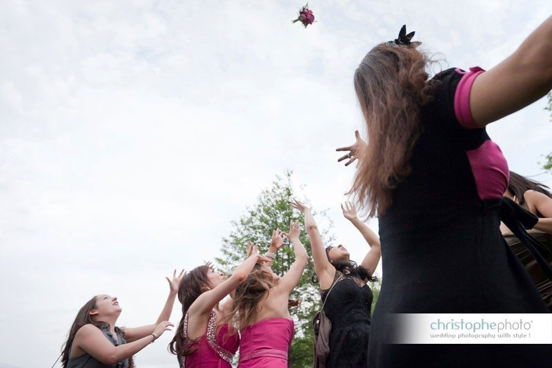 Throwing the bouquet in the air. Photography by Wedding Photographer Paris