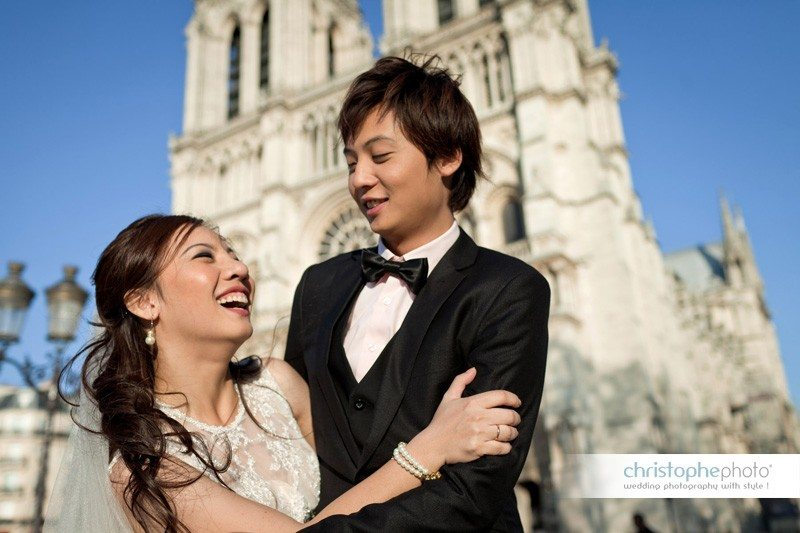 Couple posing in front of Notre Dame